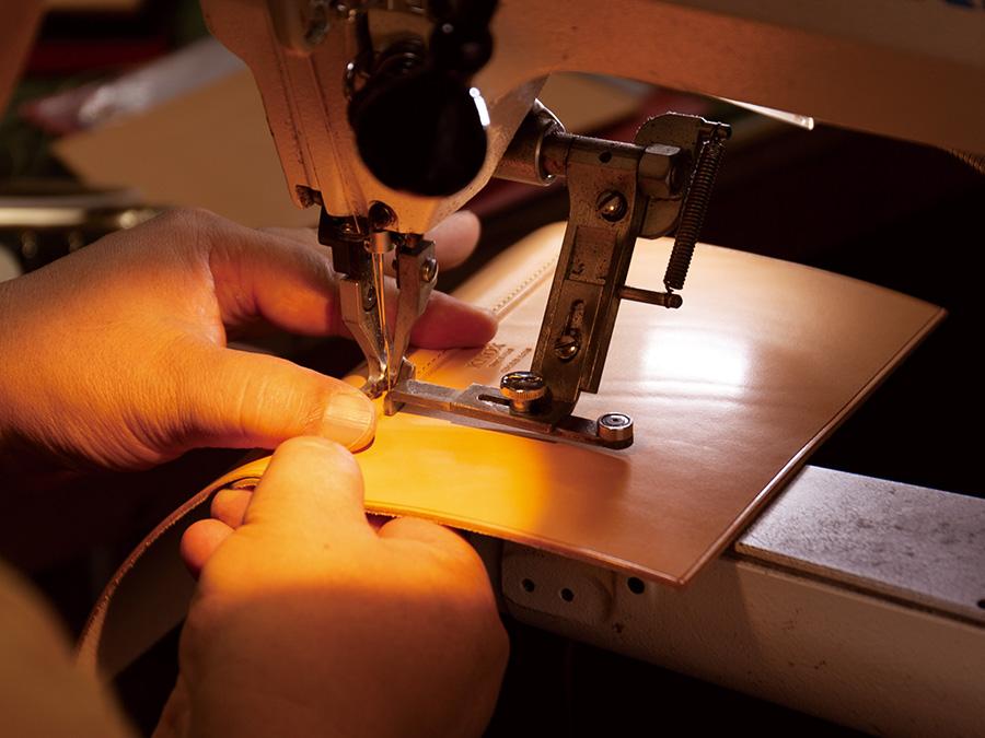 最高級ライン「オーセン」と同じ職人が手掛けた、1枚革の手帳。 熟練の職人にしか出来ない、限界まで極めた繊細な縫い目。