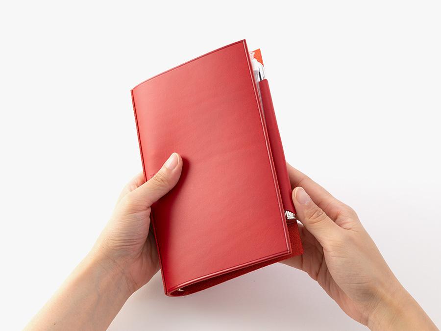 内装ポケットをなくしたシンプルな手帳は、同革のペンホルダーリフター付。使う人に合せて機能を追加できます。