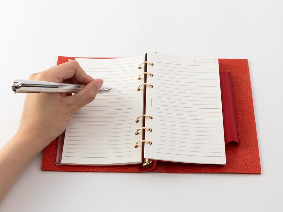 独自開発した新機構は、フルフラットに開く&右利き、左利きのどちらも書きやすいのが特徴。