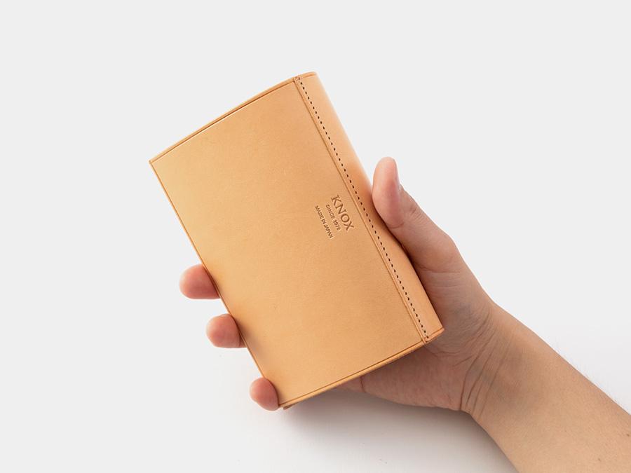 ブランドロゴは、背表紙部分に刻印。システム手帳老舗ブランドの自信と信頼を表現しています。