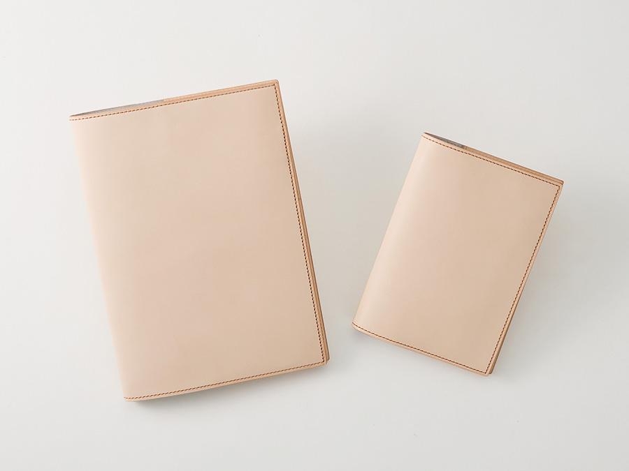 ナチュラルタンレザー ノートカバー(A5 / A6) マチにゆとりがあるので、2冊使いも可能です。A6サイズは文庫カバーとしても活躍します。