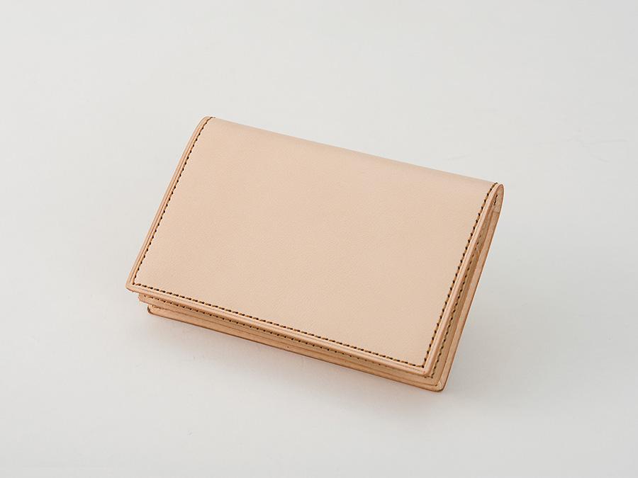 ナチュラルタンレザー 名刺入れ 通しマチポケットタイプの名刺ケース。通しマチポケット約50枚、2つのポケットには各約10枚の名刺が収納できます。