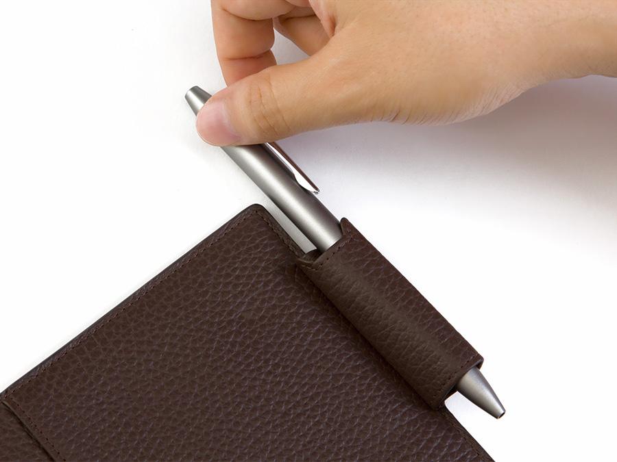「システム手帳」「ダイアリー&ノートカバー」にはペンを出し入れしやすいオリジナルデザインのペンホルダーを採用。