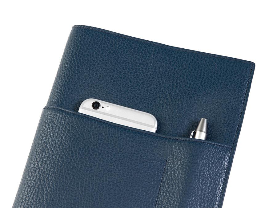 「ダイアリー&ノートカバー」は筆記具やスマートフォンなどが収納できる便利な外ポケット付。