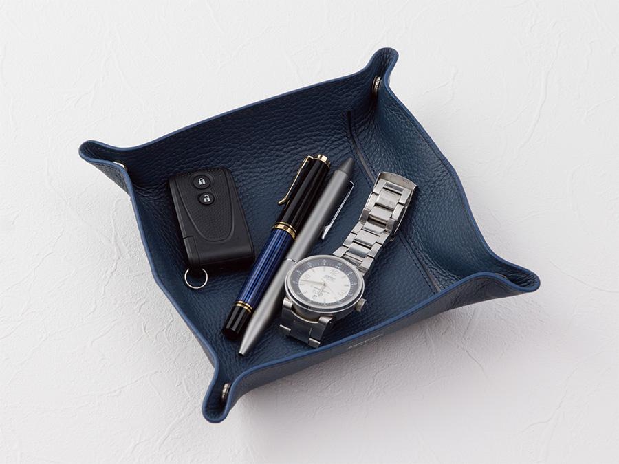 「フラットホックペンケース」は、入れていたペンを取り出し、展開して四隅のホックを留めることでペントレイとしてもお使いいただけます。