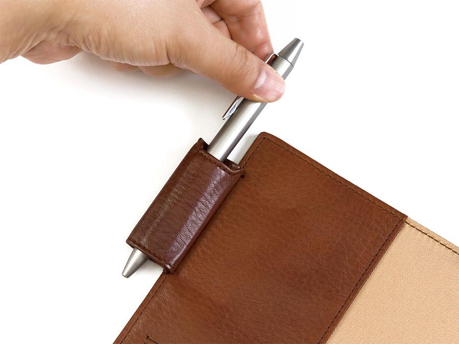 ダイアリー&ノートカバーには筆記具を出し入れしやすいオリジナルデザインのペンホルダーを採用。左側に縫い付けることで書く時に邪魔になりません。