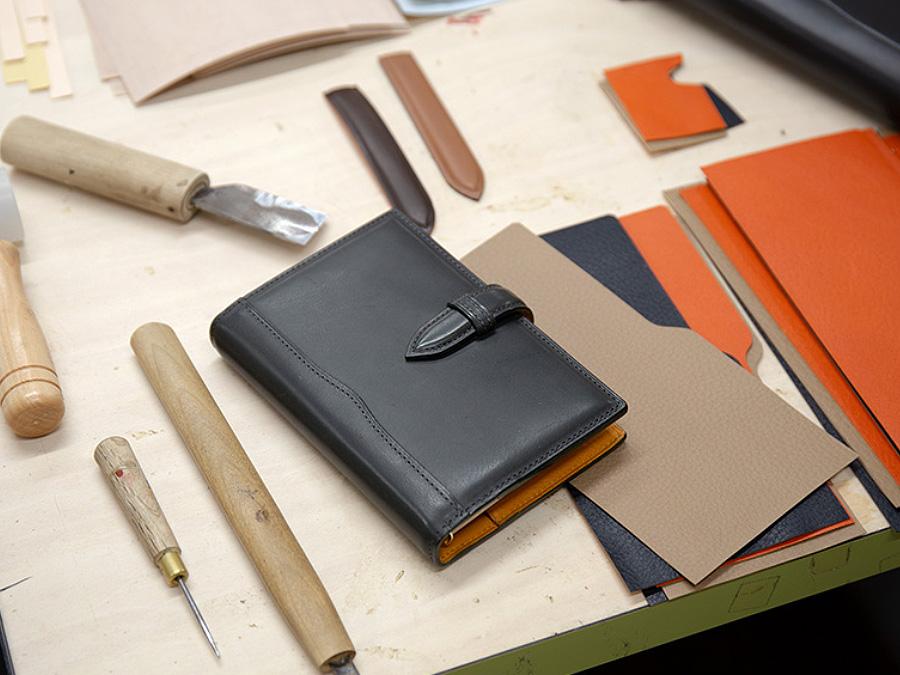 気品あふれるプロダクトは、こだわりの道具を使って一点一点、職人の手作業で仕上げられます。